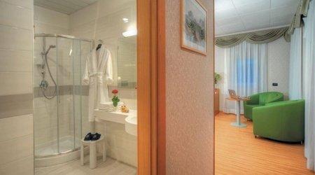 Habitación deluxe baño ele green park hotel pamphili roma, italia